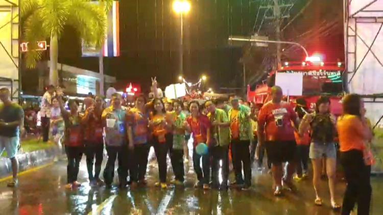 สงกรานต์กลางคืนถนนข้าวทิพย์สนุกสนานชุ่มฉ่ำ thaihealth