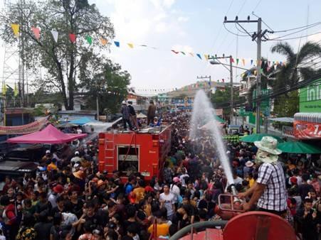 คนแห่ร่วมงานวันไหลถนนข้าวไร่เมืองอุทัยฯ คึกคัก thaihealth