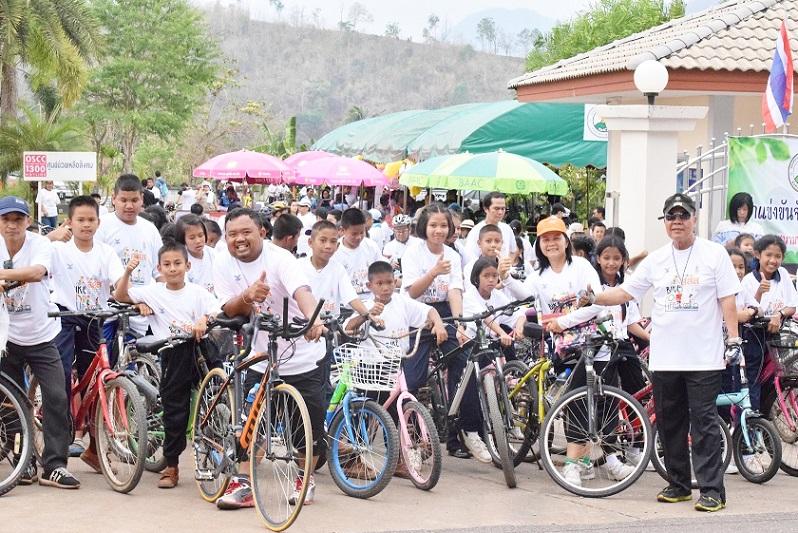 นักปั่นนับพันคนแห่ร่วมจักรยานทองผาภูมิ thaihealth