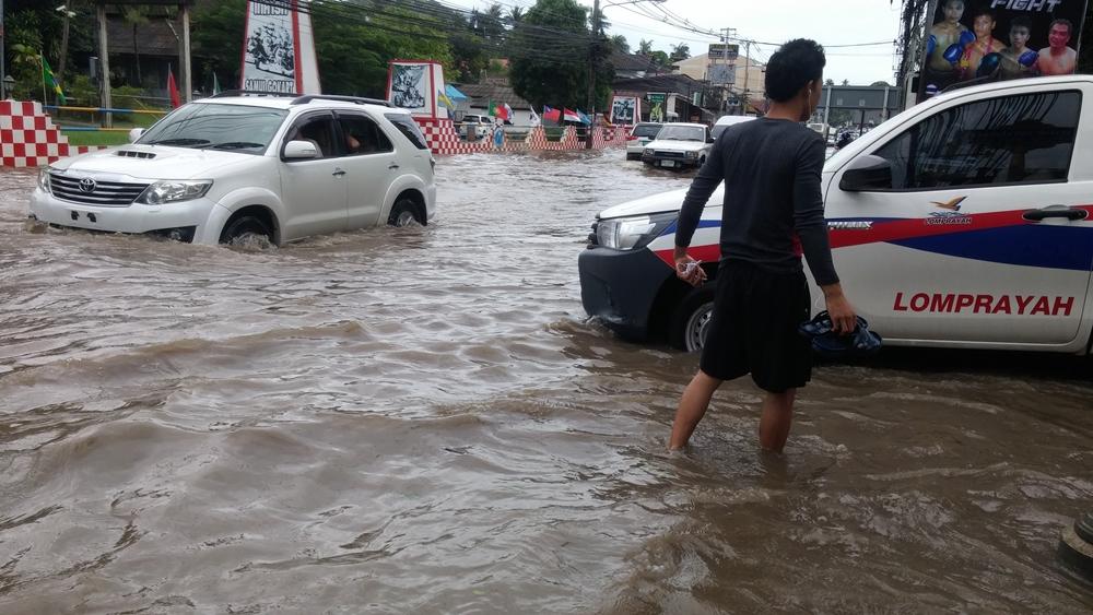 เทคนิคขับรถฝ่าน้ำท่วมฉุกเฉิน  thaihealth