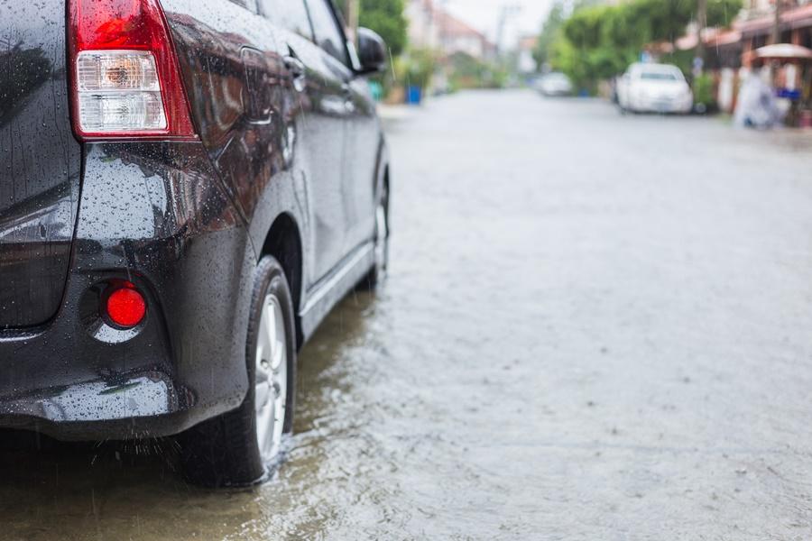 7 วิธีขับขี่ช่วงฝนตกและน้ำท่วมขัง thaihealth