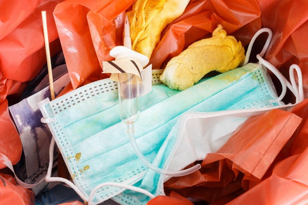 หน้ากากอนามัยที่ใช้แล้ว ควรทิ้งในถังที่คัดแยกเฉพาะ  thaihealth