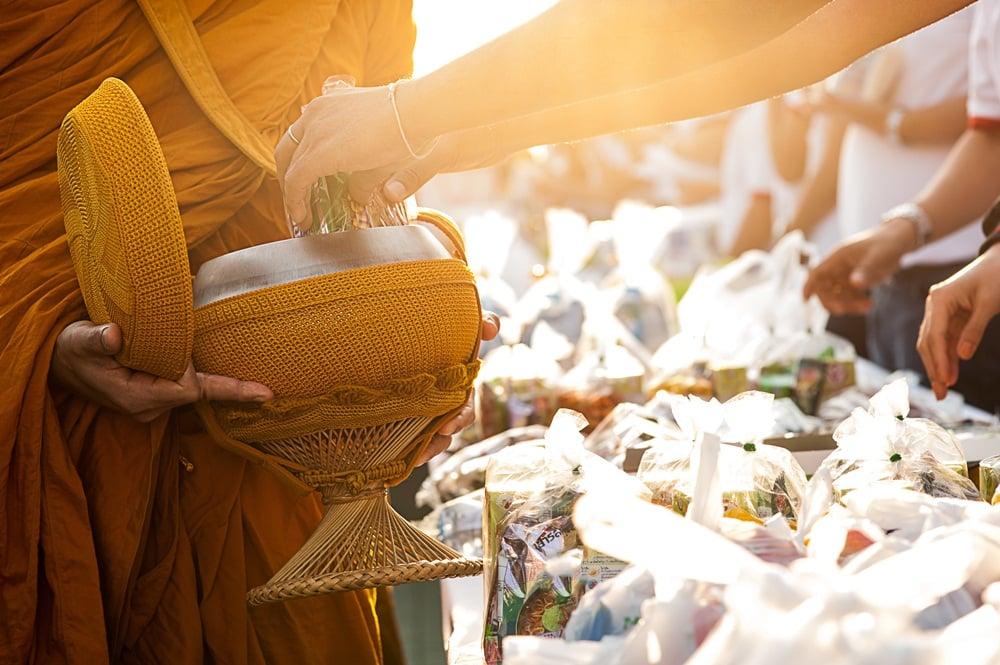 ทำบุญอย่าให้ได้บาป ตักบาตรห่วงสุขภาพพระ thaihealth